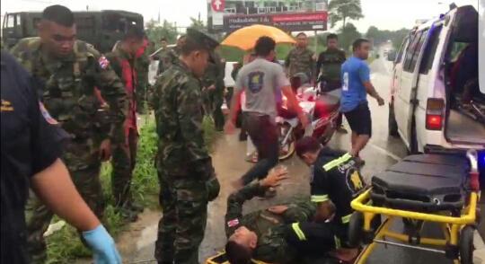 ฝนตกถนนลื่น ทำรถทหารพลิกคว่ำที่ จ.ระยอง ทหารบาดเจ็บ 8 นาย