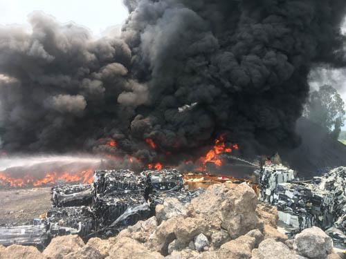 เพลิงไหม้กองพลาสติกในโรงงานคัดแยกของเก่า อ.บ้านบึง จ.ชลบุรี คาดเสียหายกว่าล้าน