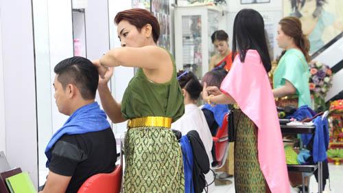 """ฮือฮาทั้งบาง!! ร้านตัดผมเมืองพัทยา แต่งชุดไทยให้บริการลูกค้ารับกระแส """"ออเจ้า"""""""