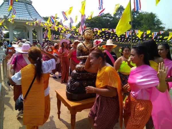 ออเจ้ายังแรง! คณะศรัทธาแต่งชุดไทยอัญเชิญพระอุปคุตวัดบึงกระดานออกให้ ปชช.สรงน้ำวันสงกรานต์