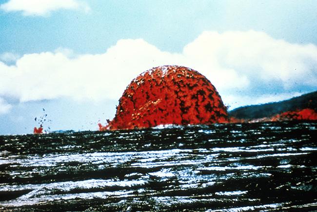 ภาพโดมลาวาอีกภาพหนึ่งที่มีความสูงราว 50-75 เมตร ที่ถูกบันทึกภาพไว้ได้บนหมู่เกาะฮาวาย
