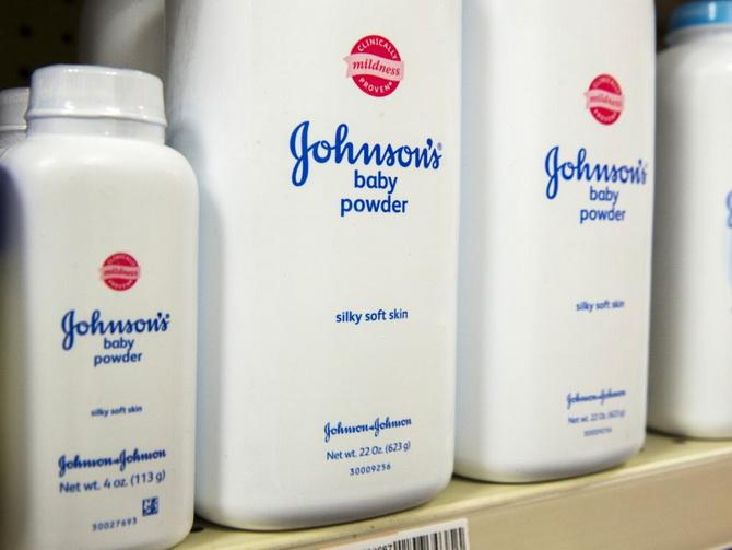 """คณะลูกขุนสหรัฐฯ สั่ง """"จอห์นสันแอนด์จอห์นสัน"""" ชดใช้ $37 ล้าน คู่สามีภรรยาใช้แป้งทัลคัมแล้วเป็นมะเร็ง!"""