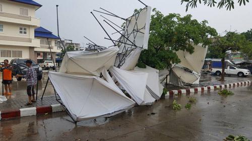 แม่ค้าหนีตายกระเจิง! พายุถล่มบุรีรัมย์ซัดเต็นท์ตลาดประชารัฐพังยับ 30 หลัง บ้านเรือนเสียหายอื้อ
