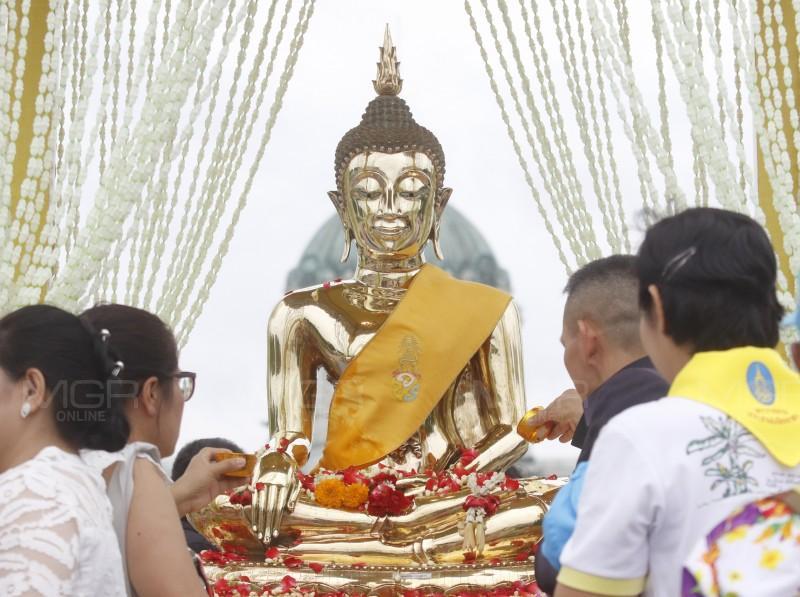 สมเด็จพระเจ้าอยู่หัวโปรดเกล้าฯ ให้สำนักงานเลขานุการฯ อัญเชิญพระพุทธกำเนิดกาสาวพัตร์ให้ประชาชนได้สักการะและสรงน้ำเนื่องในเทศกาลสงกรานต์