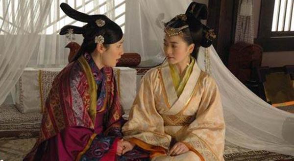 ซินจุย (ขวา) จากละครโทรทัศน์ โดยนักแสดงในปัจจุบัน