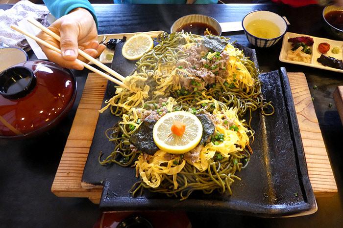 โซบะย่างบนกระเบื้องหลังคา ความอร่อยที่แปลกและแตกต่างจากโซบะทั่วๆไป