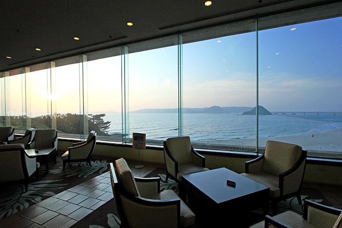 ล็อบบี้ โรงแรม นิชินากาโตะ รีสอร์ท มองเห็นวิวทะเล และสะพานทสึโนชิมะ ได้อย่างสวยงามชัดเจน