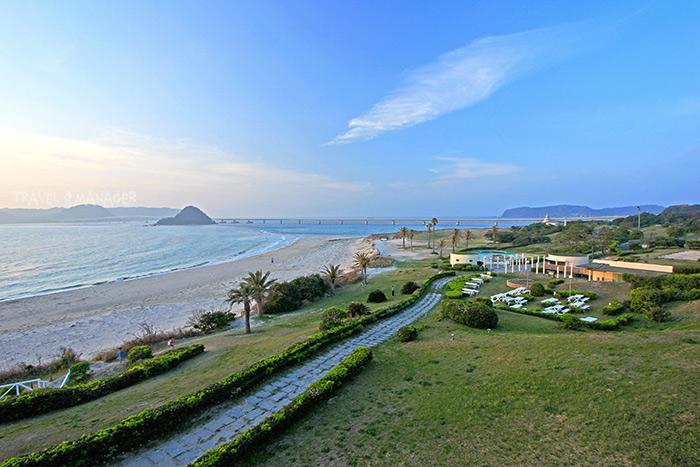 โรงแรม นิชินากาโตะ รีสอร์ท มีชายหาดส่วนตัวทอดยาว สามารถมองวิวทะเลและวิวสะพานทสึโนชิมะได้อย่างสวยงาม