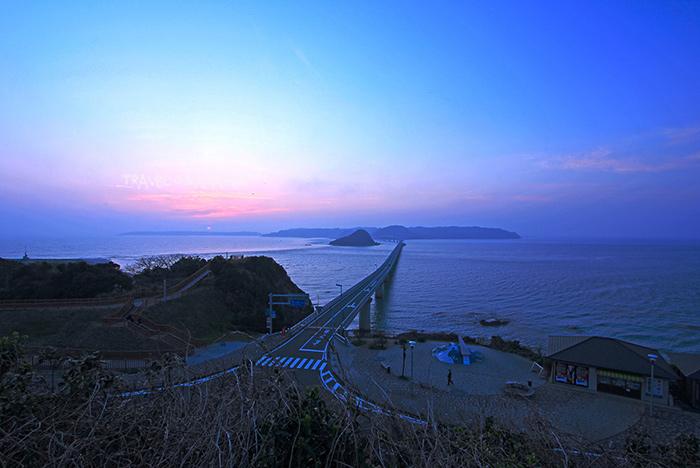 บรรยากาศตะวันลับฟ้าเหนือสะพานทสึโนชิมะ