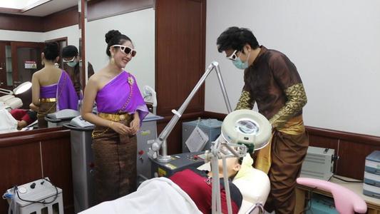 ไม่ตกกระแสออเจ้า! หมอ-พยาบาล รพ.ขอนแก่นราม สวมชุดไทยบริการคนไข้