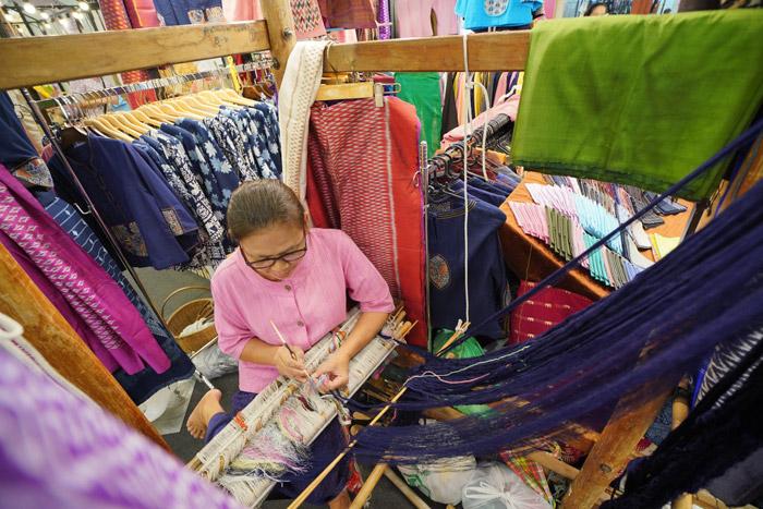 ผ้าไหมโบราณ พันธุ์ไทยแท้ ร้านศรีภิรมย์ จังหวัดกำแพงเพชร