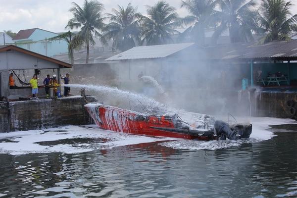 เผยเครื่องยนต์ระเบิดก่อนเพลิงไหม้วอดเรือสปีดโบ๊ต มีคนเจ็บ 3ราย เรือเสียหาย 2 ลำ