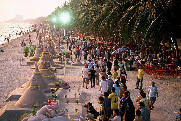 ประเพณีก่อพระทราย วันไหลบางแสน จังหวัดชลบุรี