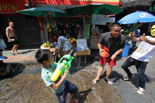 วันแรก! สงกรานต์ถนนข้าวสาร'61 สุดคึกคัก นักท่องเที่ยวทยอยเดินทางเล่นน้ำ