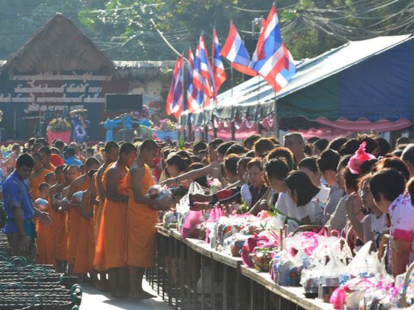ชาวเบตงร่วมทำบุญตักบาตร สรงน้ำพระเนื่องในวันปีใหม่ไทย