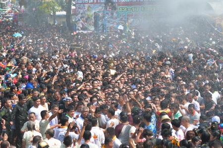 """(ชมคลิป)คลื่นมหาชนแห่ """"หลวงพ่อพระใส"""" เป็นสิริมงคลเริ่มต้นปีใหม่ไทย"""