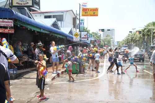สงกรานต์พัทยาวันแรก..คึกคักไม่แพ้ที่อื่น นักท่องเที่ยวไทย-เทศ ร่วมสาดน้ำคลายร้อน