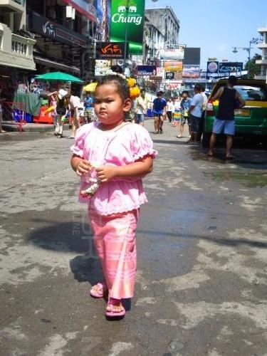 ถนนข้าวสาร สงกรานต์ครึกครื้น! ชาวไทย-ต่างชาติ สาดน้ำชุ่มฉ่ำ