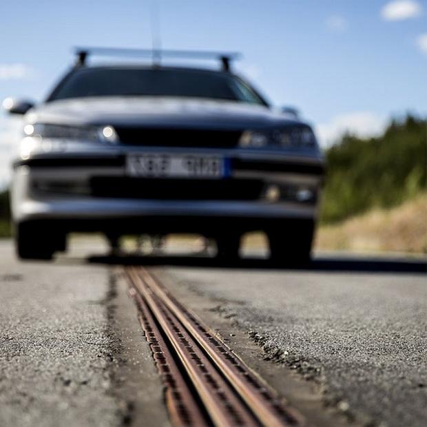 """สุดยอด! สวีเดนเปิดใช้ถนนสำหรับรถพลังงานไฟฟ้าสายแรกของโลก """"ขับไปชาร์จไป"""" (ชมคลิป)"""