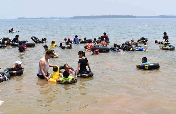 หาดดอกเกด ทะเลอีสานสุดคึกคัก  นักเที่ยวแห่เล่นน้ำวันหยุดสงกรานต์