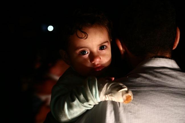 ชายชาวซีเรียอุ้มลูกน้อยขึ้นรถบัส ขณะที่รถบัสที่บรรทุกนักรบของกองทัพอิสลามและครอบครัวจากต้นทางคือฐานของพวกเขาในดุมมา ทางภูมิภาคอีสเทิร์นกูตา บริเวณจุดตรวจ Abu al-Zindeen ซึ่งควบคุมโดยกลุ่มกบฎซึ่งได้รับการสนับสนุนจากตุรกี ใกล้กับเมืองอัลบับทางตอนเหนือของอเลปโป โดยเมื่อวานนี้ (13 เม.ย.) กบฏซีเรียในอีสเทิร์นกูตาได้ยอมแพ้โดยผู้นำของกลุ่มกบฎได้หลบหนีออกจากพื้นที่ไปแล้ว และถือว่าเป็นจุดสิ้นสุดของครามกลางเมืองของซีเรียนาน 7 ปี