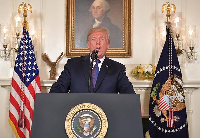 นายโดนัลด์ ทรัมป์ ผู้นำสหรัฐฯ แถลงข่าวผ่านสื่อถึงสถานการณ์ในซีเรียที่ทำเนียบข่าว กรุงวอชิงตัน ดี.ซี. และเปิดเผยว่าสหรัฐฯ กำลังดำเนินการโจมตีซีเรีย