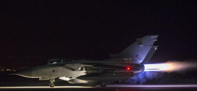 เครื่องบินขับไล่ทอร์นาโดของกองทัพกำลังทะยานขึ้นตั้งแต่เช้ามืดจากฐานทัพอากาศ RAF Akrotiri บนเกาะไซปรัส เพื่อเข้าโจมตีเป้าหมายในซีเรีย โดยจากรายงานระบุว่าเครื่องบินอังกฤษยิงจรวดเข้าทำลายเป้าหมายทางการทหารของซีเรียที่อยู่ห่างจากเมืองฮอมส์ทางตะวันตกของซีเรียประมาณ 24 กิโลเมตร ซึ่งเชื่อว่าเป็นจุดเก็บอาวุธเคมีของรัฐบาลซีเรีย