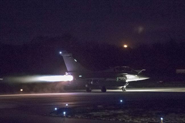กระทรวงกลาโหมฝรั่งเศส เปิดเผยภาพเครื่องบินรบดาโซราฟาลเตรียมจะขึ้นบินจากฐานทัพอากาศ  Saint-Dizier ทางตะวันออกของฝรั่งเศสเมื่อวานนี้ (13) ก่อนที่การโจมตีจะเริ่มขึ้นในช่วงเช้ามืดวันนี้ (14)
