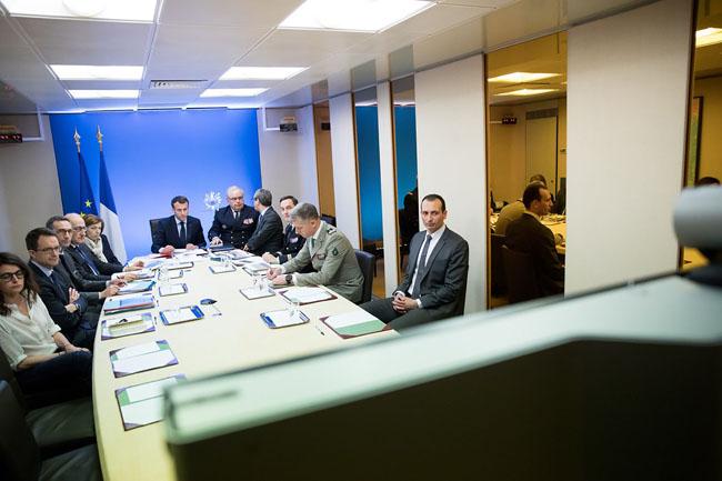 ภาพจากทวิตเตอร์ของประธานาธิบดีฝรั่งเศส แสดงให้เห็นภาพนายเอมานุเอล มาครง (กลาง) กับนางฟลอรองซ์ พาร์ลี (ที่ 5 จากซ้าย) หัวหน้าสตาฟ และสตาฟของนายมาครง ระหว่างการร่วมสังเกตการณ์ปฏิบัติการการเข้าโจมตีซีเรียโดยชาติพันธมิตร