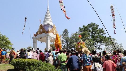 มงคลปีใหม่ไทย ชาวภูเรือนับพันสรงน้ำพระพุทธนาวาบรรพต