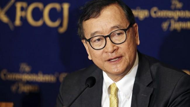 สม รังสี อดีตหัวหน้าพรรค CNRP ที่ลี้ภัยอยู่ต่างประเทศกล่าวแถลงข่าวในกรุงโตเกียว เมื่อวันที่ 13 เม.ย. -- Associated Press.