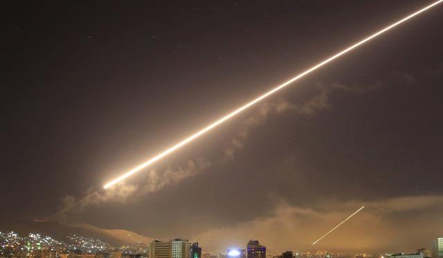 ท้องฟ้าเหนือเมืองดามัสกัสของซีเรียสว่างวาบจากประกายไฟของระบบต่อต้านขีปนาวุธ ขณะสหรัฐฯ ปฏิบัติการโจมตีพื้นที่บางส่วนของซีเรีย (ภาพ เอพี)