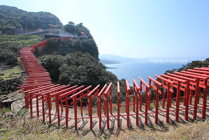 ศาลเจ้าโมโตโนะซึมิ อินาริ ที่โดดเด่นไปด้วยเสาประตูโทริอิสีแดง 123 เสา ริมทะเล