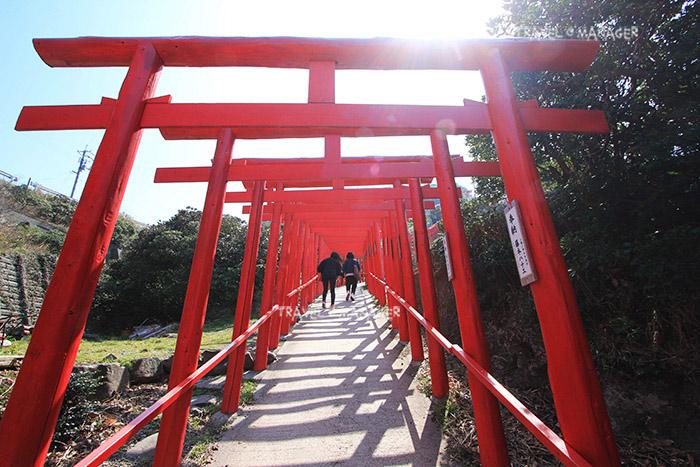 ชาวญี่ปุ่นเชื่อว่าถ้าได้มาลอดเสาโทริอิที่นี่แล้วขอพร เทพจะดลบัลดาลให้สำเร็จสมหวัง