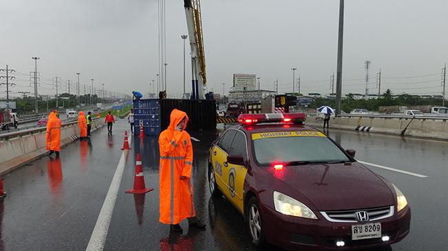 ฝนถล่มปทุมธานี รถพ่วงเทรลเลอร์คว่ำ กระบะตามหลังเบรกไม่ทันพุ่งชน 3 คัน เจ็บ 2