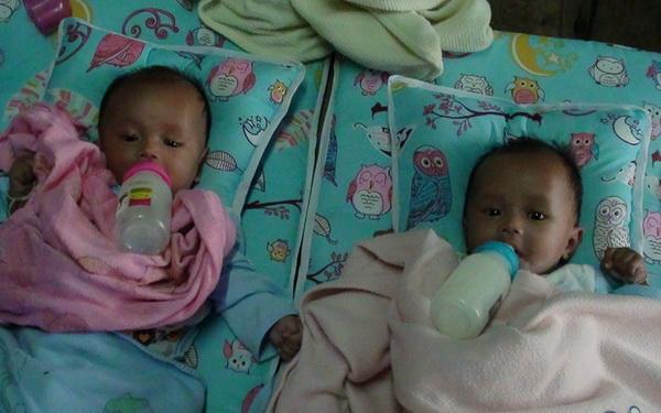 วอนช่วย ทารกแฝดชายกำพร้าพ่อ-แม่ ย่า-ลุงยากจน นมผงใกล้หมดไม่มีเงินซื้อ