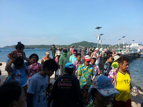 นักท่องเที่ยวบนเกาะสีชังและฝั่งอ.ศรีราชา ต่างเดินทางมาเที่ยว