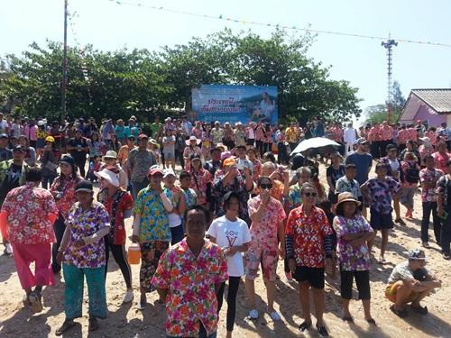 นักท่องเที่ยวทั้งชาวไทยและต่างชาติ มาร่วมงานบนเกาะขามใหญ่ ประเพณีอุ้มสาวลงน้ำ
