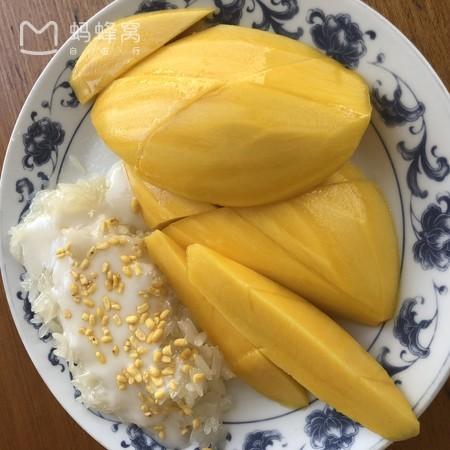 ข้าวเหนียวมะม่วง ขอบคุณภาพจาก www.mafengwo.cn/photo/poi/7651278_184134759.html