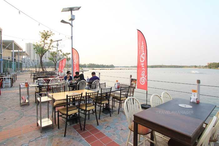 โซนโต๊ะนั่งด้านนอกริมทะเลสาบ