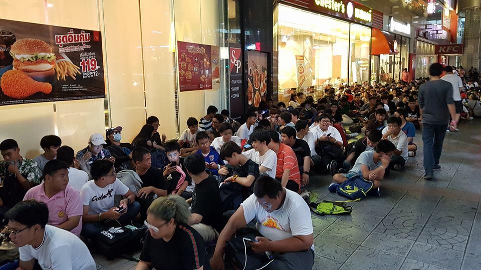 โอตะแห่ปักหลักข้ามคืนหน้าห้างฯ รอจับมือ BNK48 ซื้อโฟโต้เซ็ตชุดใหม่