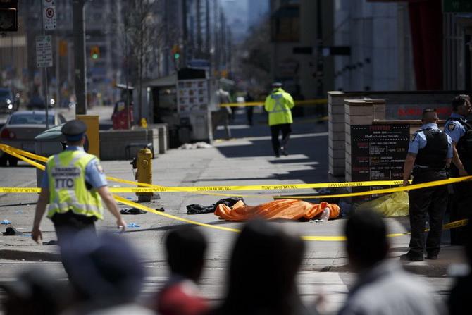 แคนาดาระทึกเกิดเหตุรถตู้พุ่งชนคนเดินถนนแถวสี่แยกใหญ่ ตายเจ็บหลายคน