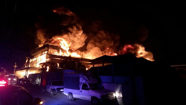 ไหม้กลางดึกโรงงานฉนวนกันความร้อนพระประแดงเสียหายกว่า 100 ล้าน รถโดนเผา 20 คัน
