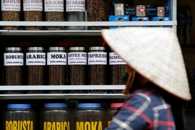 ตำรวจเวียดนามพบกาแฟย้อมแบตเตอรี่อื้อฉาวถูกนำไปขายเป็นพริกไทยดำ