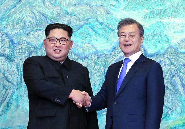 นายคิม จองอึน กับ นายมุน แจอิน สองผู้นำเกาหลีเหนือและใต้ มาพบปะกันครั้งประวัติศาสตร์ ณ พรมแดนเกาหลี โดยการจับมือกันวันนี้ถือเป็นการปลดชนวนสุดท้ายของสงครามเย็นที่ดำเนินต่อเนื่องมาตั้งแต่สิ้นสุดสงครามโลกครั้งที่ 2 และน่าจะนำสันติสุขมาสู่คาบสมุทรเกาหลีได้อย่างยั่งยืน