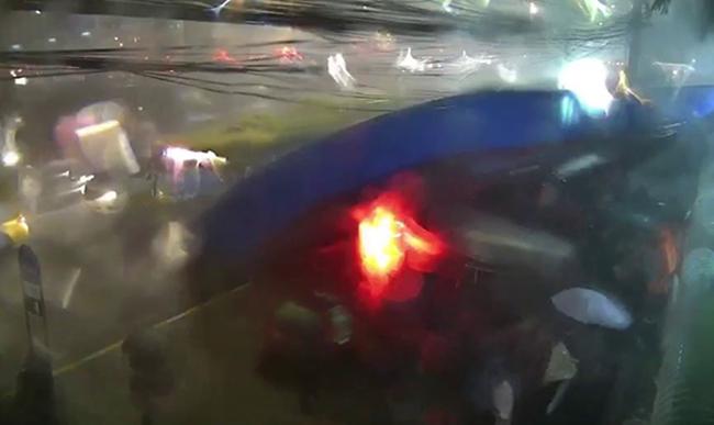 (ชมคลิป) ระทึกกลางกรุง ฝนตกหนักหลังคาป้ายรถเมล์หน้า ปตท.สำนักงานใหญ่ถล่ม ชาวบ้านวิ่งหนีตายอลหม่าน