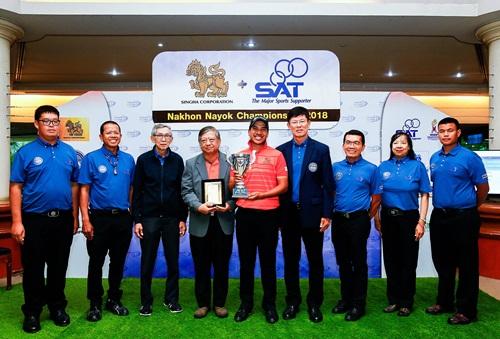 จิตติศักดิ์ แต้มประเสริฐ อุปนายกและกรรมการกฎข้อบังคับ สมาคมกีฬากอล์ฟอาชีพแห่งประเทศไทย ร่วมยินดีกับ อิทธิพัทธ์ บูรณธัญรัตน์ แชมป์ สิงห์-เอสเอที นครนายก แชมเปียนชิป 2018