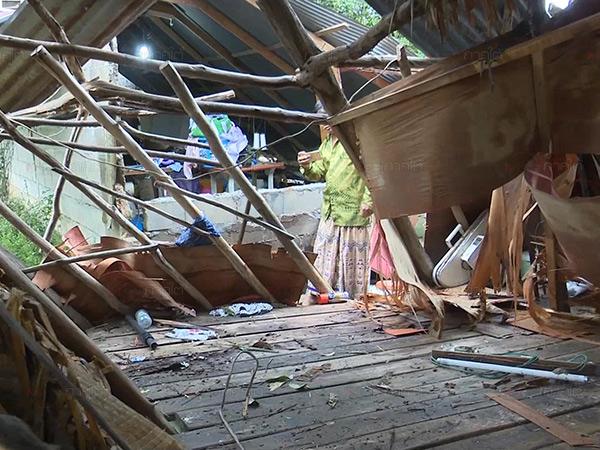 พายุฤดูร้อนพัดถล่มบ้านเรือน สวนยางชาวบ้านวังพญาได้รับความเสียหาย