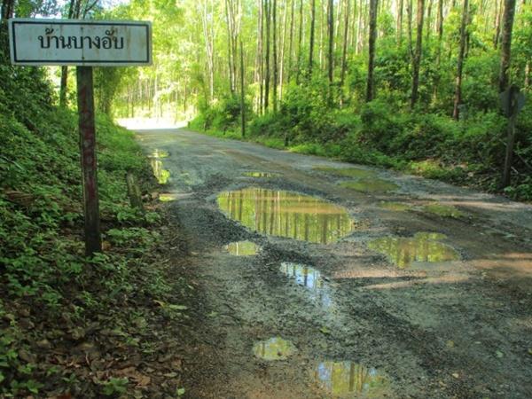 โวย! ไร้หน่วยงานเหลียวแลถนนเป็นหลุมเป็นบ่อ หวั่นเกิดอันตราย
