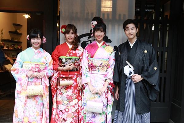 """1 พ.ค. พลาดไม่ได้ในรายการไนน์เอ็นฯ 3 สาว เกิร์ลไอดอลกรุ๊ป วง SWEAT16! อาสาพา""""แบงค์ ธิติ"""" ตะลุยเกียวโต ประเทศญี่ปุ่น กับ 3 เมืองชวนว้าว!!!"""